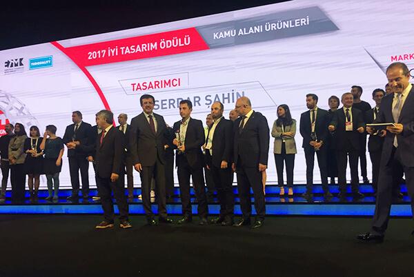 Üçge Teknik Yönetmeni Serdar Şahin ve Metal Metot Yöneticisi Fatih Katip'e ödül, Ekonomi Bakanı Nihat Zeybekçi ve TİM Başkanı Mehmet Büyükekşi tarafından takdim edildi.