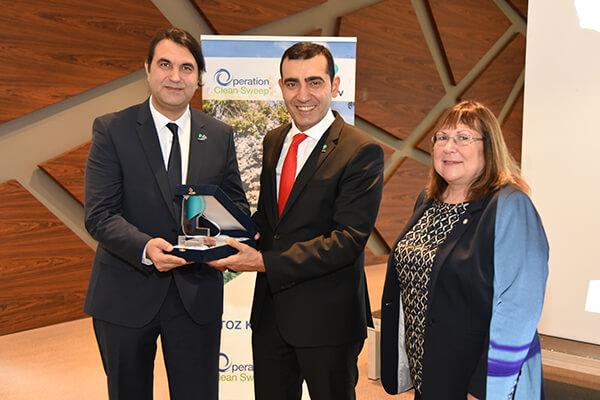 PAGEV Başkanı Yavuz Eroğlu, Sapro'nun ödülünü Kalite Direktörü ve İcra Kurulu Üyesi Barbaros Sert'e (solda) takdim etti.