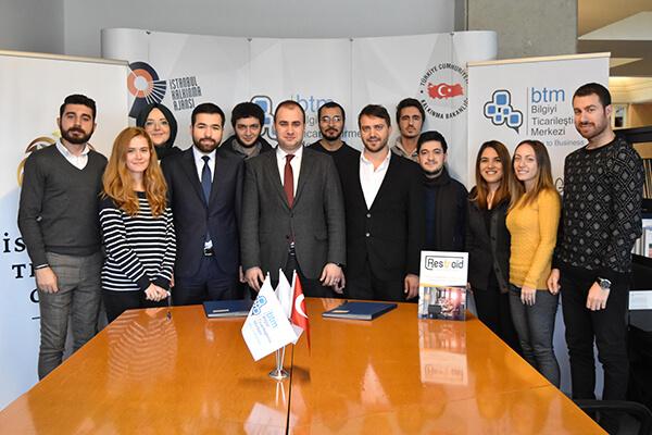 İbrahim Elbaşı (ortada) Direktörlüğü'ndeki BTM Ekibi, Restroid'i geliştiren ekip ve yatırımcı Erdem Dereli (soldan dördüncü) ile birlikte