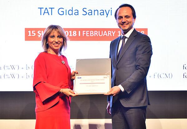 Ödülü, TAT Gıda Sanayi A.Ş. Yönetim Kurulu Üyesi ve Genel Müdürü Arzu Aslan Kesimer, SPK Başkan Yardımcısı Bora Oruç'tan aldı.