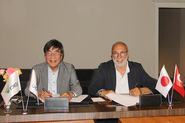 İş birliği sözleşmesi Üçge Yönetim Kurulu Başkanı Gökçin Aras ve Teraoka Seiko Yönetim Kurulu Başkanı Kazuharu Teraoka tarafından Üçge BOSB Ana Fabrikası'nda imzalandı.