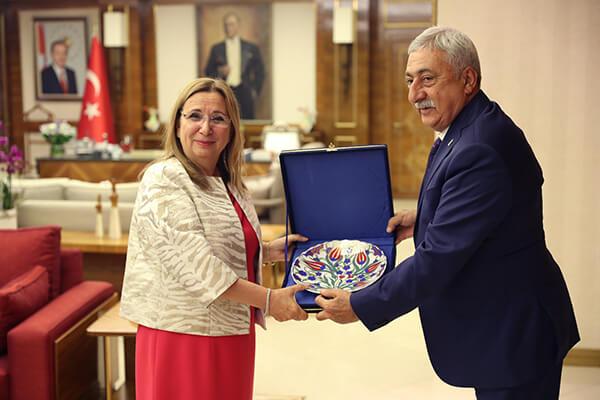 Kabulde, TESK Başkanı Palandöken, esnaf ve sanatkarın sorunlarına ilişkin hazırladıkları mektubu da Bakan Pekcan'a sundu.