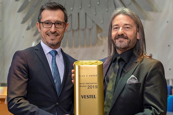 Almanya'nın eski Parlamento Binası'nda düzenlenen ödül töreninde Vestel'in ödüllerini Endüstriyel Tasarım Müdürü Caner Yıldız, PlusX CEO'su Donat Brandt'dan aldı.