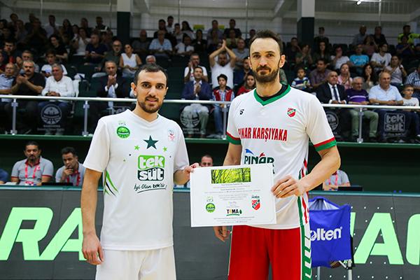 Teksüt Bandırma BK Kaptanı Rıdvan Öncel, 28 Eylül tarihinde Bandırma'da oynanan maçın öncesinde fidan bağışına ilişkin sertifikayı Pınar Karşıyaka Kaptanı Semih Erdem'e verdi.